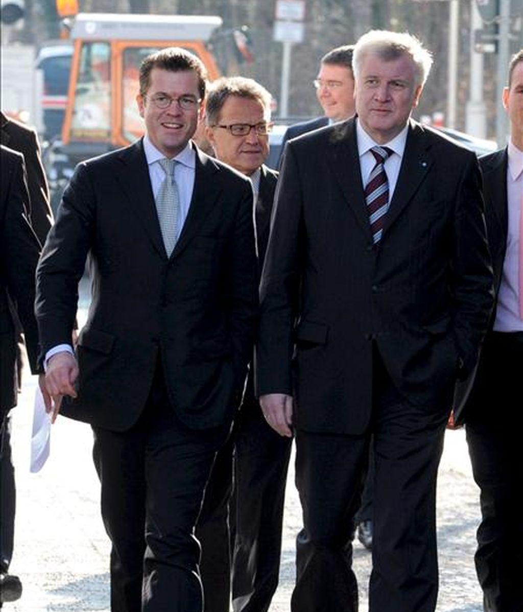 El secretario general de CSU, Karl-Theodor zu Guttenberg (i), llega hoy junto al presidente del partido y primer ministro de Baviera, Horst Seehofer, a una rueda de prensa en Múnich (Alemania). EFE