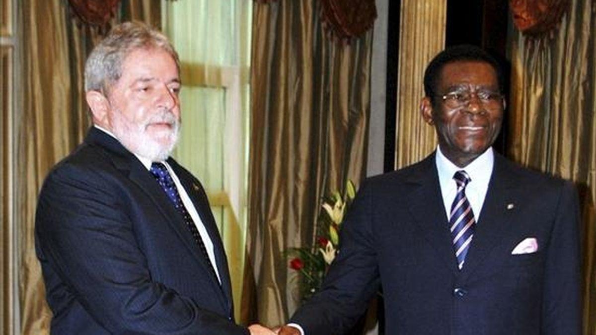 El presidente de Brasil, Luiz Inácio Lula da Silva (i), y su homólogo ecuatoguineano, Teodoro Obiang, tras firmar varios acuerdos de asistencia técnica y formación de recursos humanos como parte de la visita oficial del mandatario brasileño a Guinea Ecuatorial. EFE