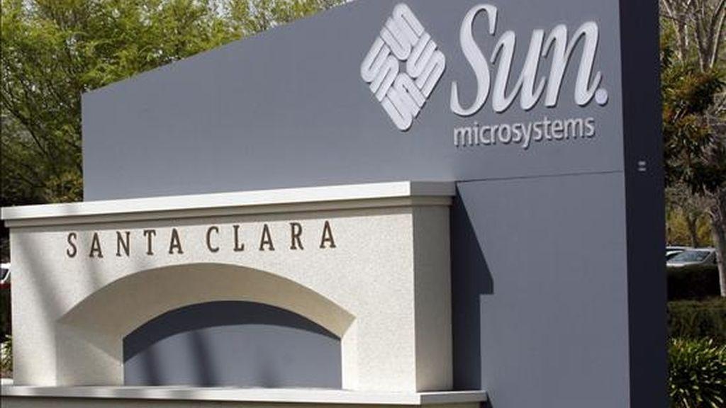 Vista de la entrada principal de la oficina central de Sun Microsystems Inc. en Santa Clara, California (EEUU). Oracle, uno de los mayores fabricantes de programas y aplicaciones informáticas del mundo, anunció un acuerdo de compra alcanzado entre ambas empresas. EFE/Archivo