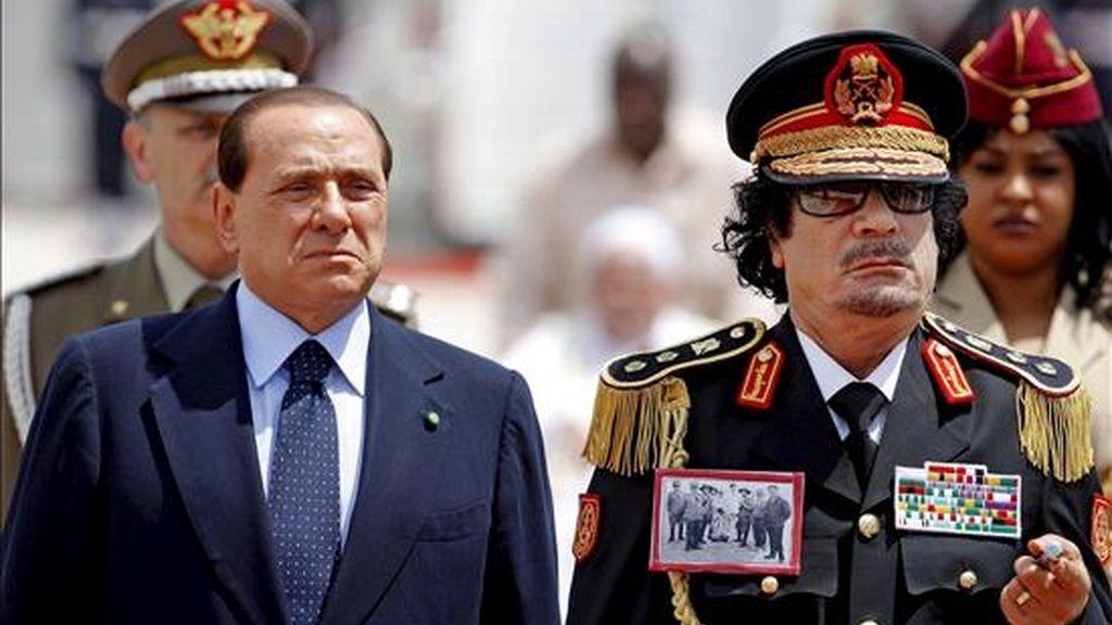Gaddafi se presenta ante Berlusconi con una foto de un héroe anticolonial en el pecho. Vídeo: Atlas