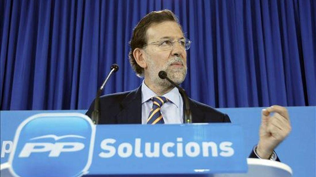 """El líder del PP, Mariano Rajoy, durante su intervención en el mitin que pronunció hoy en Lleida, donde ha asegurado que los Presupuestos Generales del Estado de 2011 son """"deprimentes"""" y suponen """"un castigo a la gente"""", ya que las únicas dos partidas que suben son las del seguro de desempleo y la deuda, con lo que no se apoya al sector productivo ni se crea empleo. EFE"""