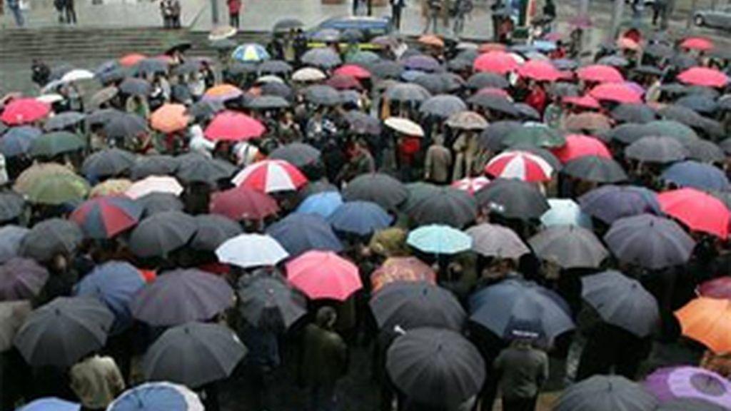 Cientos de personas se han concentrado en Bilbao para condenar el atentado contra la rotativa de El Correo. FOTO: EFE