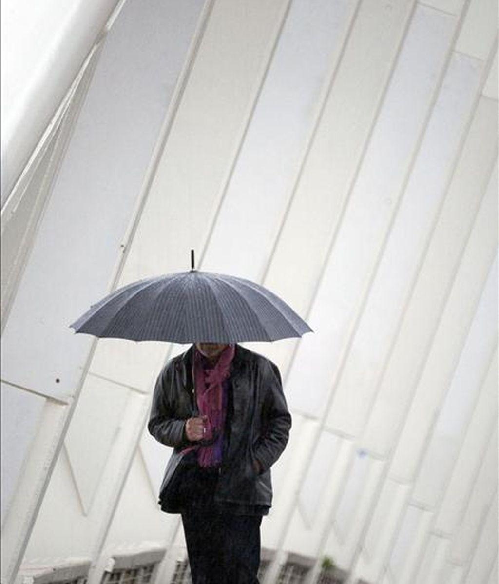 Un hombre se protege con un paraguas de la lluvia. EFE/Archivo