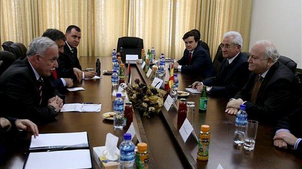 El ministro de Asuntos Exteriores, Miguel Ángel Moratinos (dcha.), conversa con su homólogo palestino Riad Al Malki en la ciudad cisjordana de Ramala. EFE