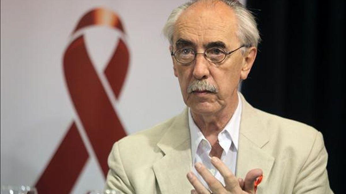 El director nacional de Cultura de Uruguay, Hugo Achugar, habla durante una conferencia con motivo del Día Internacional Contra el Sida en Montevideo, Uruguay. EFE
