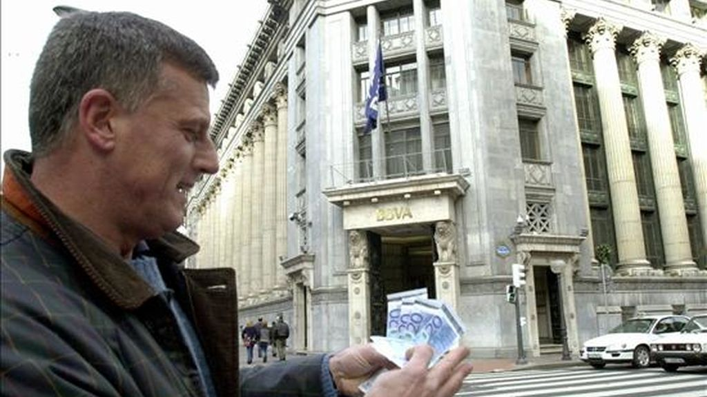 En la imagen, un bilbaino muestra billetes de euro retirados de un cajero automático en el centro de la capital vizcaína. EFE/Archivo