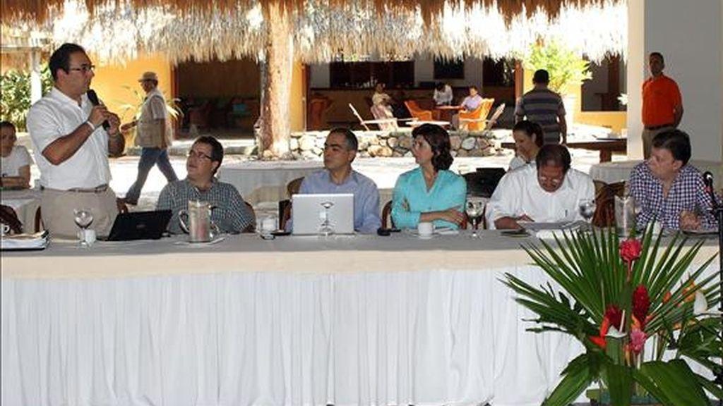 El presidente electo de Colombia, Juan Manuel Santos (d), escucha al ministro designado de Comercio Exterior Sergio Díaz-Granados (i) durante el primer consejo de ministros del nuevo Gobierno realizado en Anapoima (Colombia). EFE