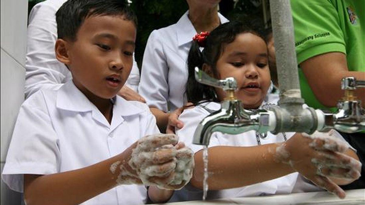 Dos niños filipinos se lavan las manos durante la inauguración de un programa preventivo contra la gripe AH1N1 en la ciudad de Mandaluyong. EFE