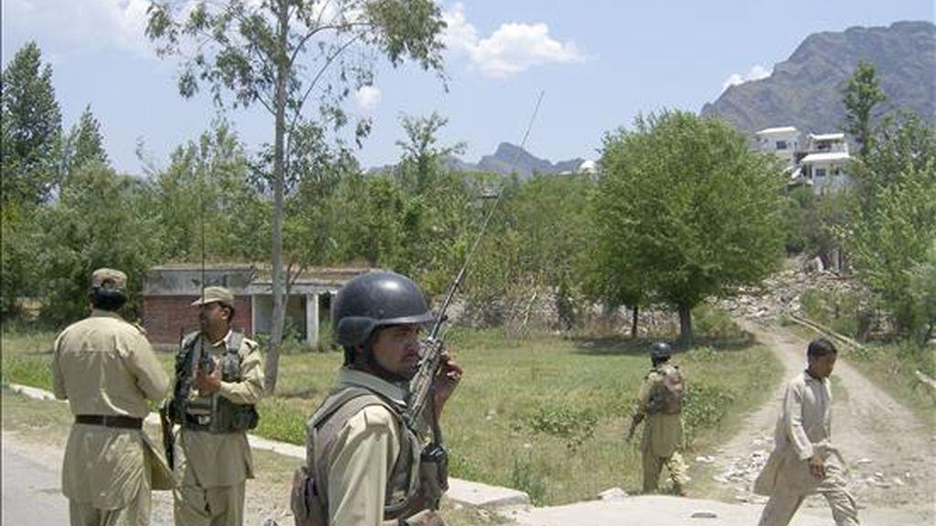 Soldados paquistaníes patrullan en las inmediaciones de la población de Sultanwas, que ha quedado casi completamente destruida por los combates entre los talibanes y el Ejército. EFE/Archivo