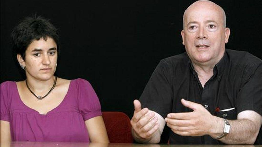 Elena Martínez y Luis Ocampo, en nombre de Iniciativa Internacionalista, durante la rueda de prensa que ofrecieron esta mañana en Madrid, para hacer balance de la campaña de las elecciones europeas. EFE