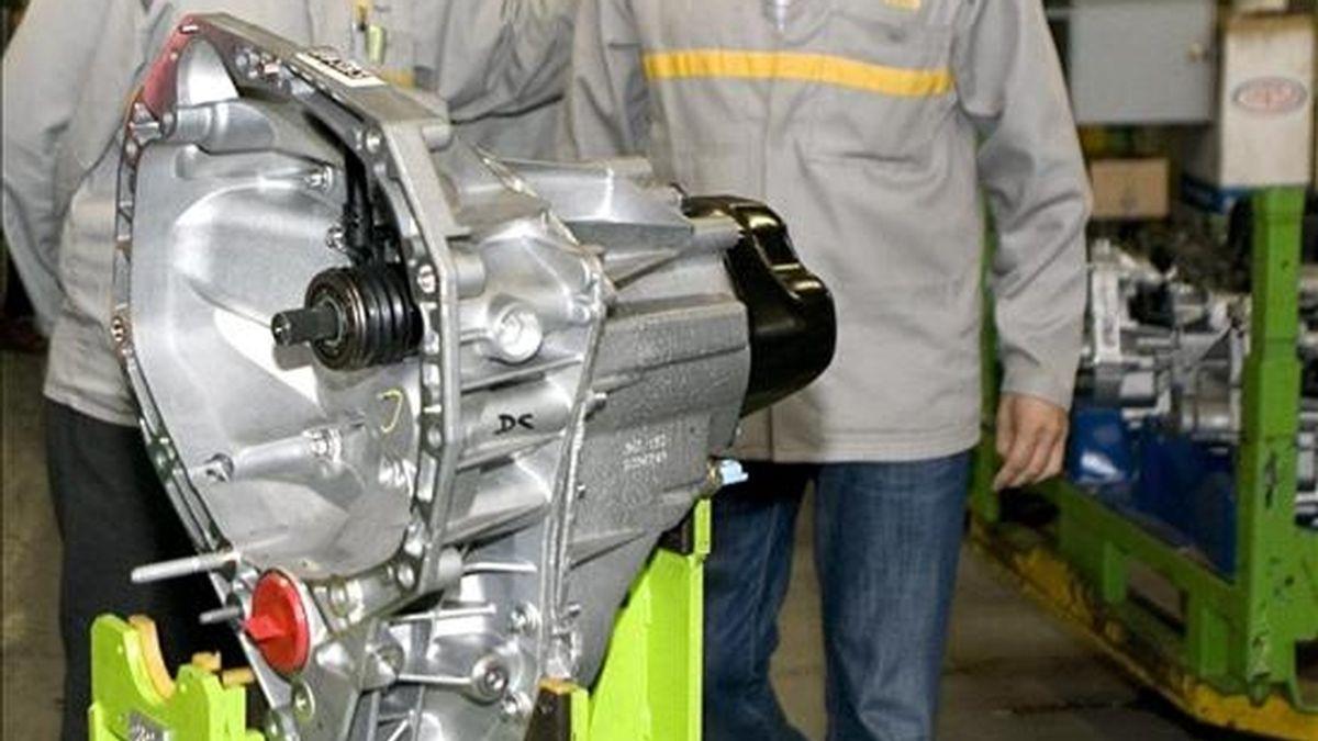 En la imagen, una caja de cambios de la cadena de montaje de la factoría de Renault en San Jerónimo, en Sevilla. EFE/Archivo