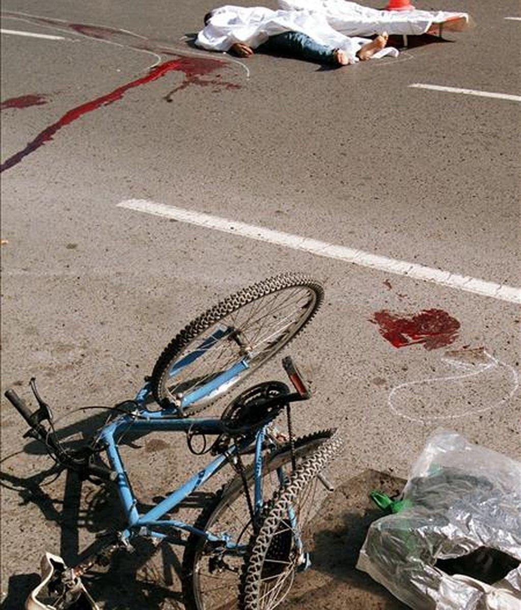 La Guardia Civil ha detenido al conductor del todoterreno que supuestamente atropelló el pasado 24 de julio a un ciclista de 20 años en el Collado de Carmona (CA-182) y que huyó del lugar sin atender al joven, natural de Ávila, que murió por las heridas que presentaba. EFE/Archivo.