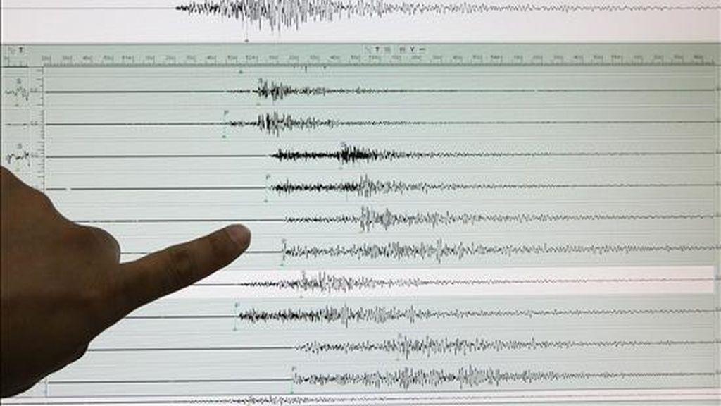 Un experto del Instituto de Vulcanología y Sismología de Filipinas señala los resultados registrados en Ciudad Quezon, al este de Manila (Filipinas), tras un terremoto de 5,8 grados en la escala de Richter, que sacudió al país el pasado 2 de marzo. EFE/Archivo