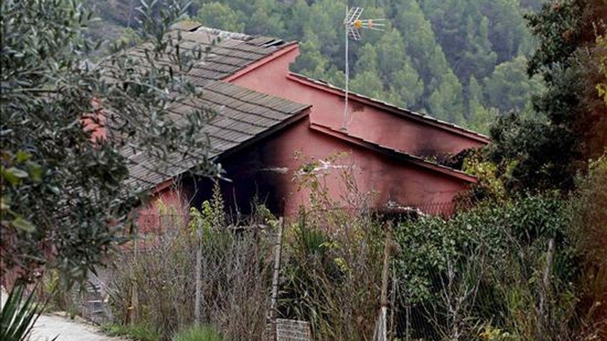 Vivienda de Els Hostalets de Pierola en la que un menor de 11 años ha muerto y tres personas más de la misma familia han resultado intoxicadas en un incendio ocurrido esta madrugada. EFE