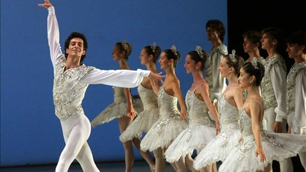 El bailarín José Martínez durante una representación junto con sus compañeros del Ballet de la Opera de París en el Teatro Real de Madrid. EFE/Archivo