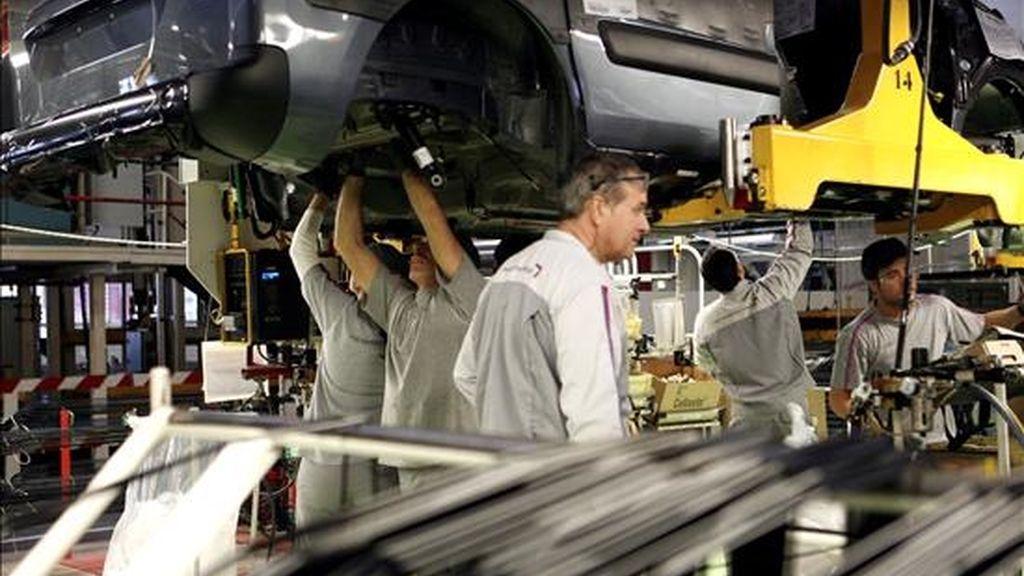 Una cadena de montaje en una factoría de automóviles. EFE/Archivo