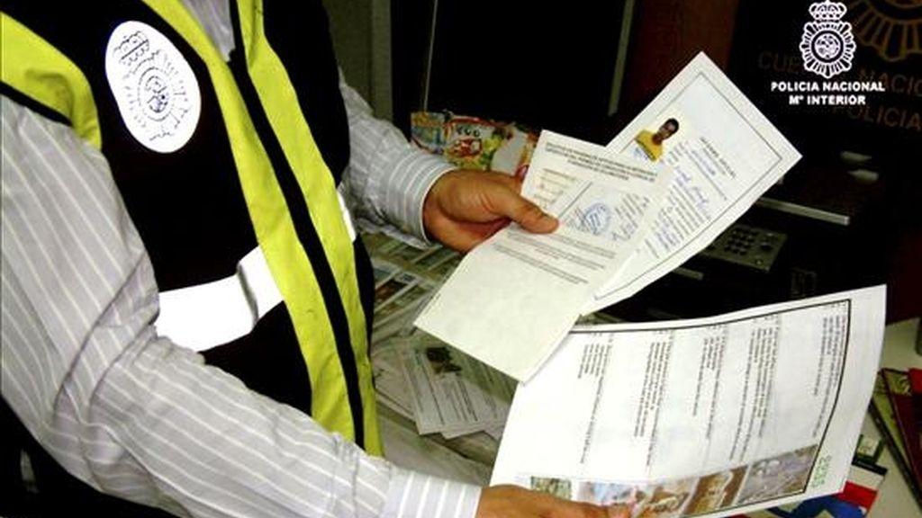 La Policía Nacional ha desarticulado en Barcelona un grupo organizado dedicado a falsificar certificados de empadronamiento desde hace más de un año y ha detenido en diversas localidades españolas, entre ellas Guadassuar, Pilar de la Horadada, Torrevieja y Benidorm, a 26 personas de diferentes nacionalidades.Los compradores pagaban entre 2.000 y 5.000 euros por cada certificado municipal de empadronamiento, el cual era empleado para intentar regularizar la situación administrativa en España por la vía de 'arraigo social'. EFE