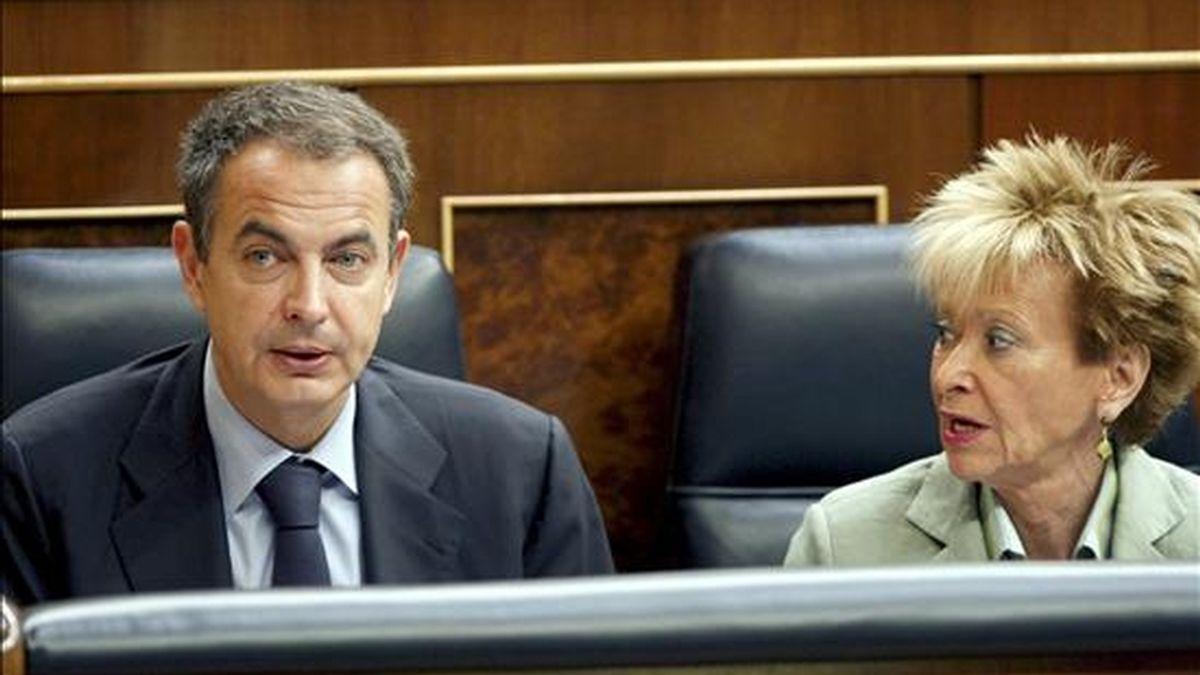 El presidente del Gobierno, José Luis Rodríguez Zapatero, junto a la vicepresidenta primera, María Teresa Fernández de la Vega, durante la sesión de control al Ejecutivo del pleno del Congreso de los Diputados. EFE