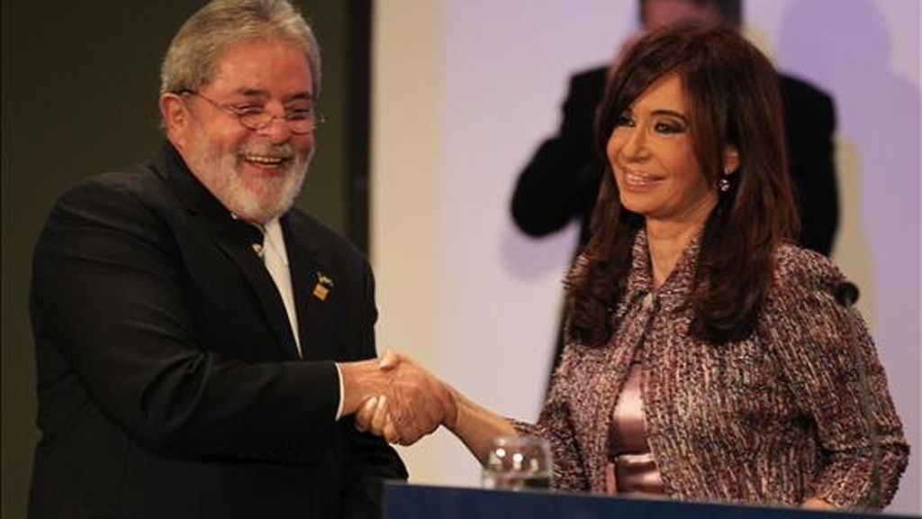 Los presidentes de Brasil, Lula Da Silva (i), y de Argentina, Crisitna Fernández (d), firmaron varios acuerdos bilaterales al término de la reunión plenaria de la XXXIX Reunión del Consejo del Mercado Común y Cumbre de Jefas y Jefes de Estado del Mercosur y Estados Asociados. EFE