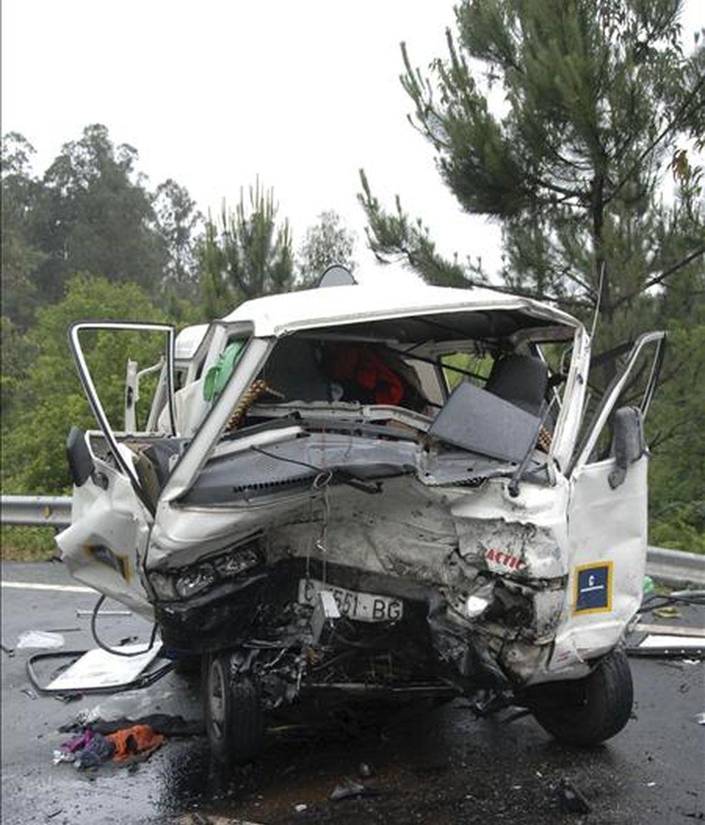 Estado en el que quedó la furgoneta accidentada al chocar contra un coche en Caldas de Reis (Pontevedra). EFE/Archivo