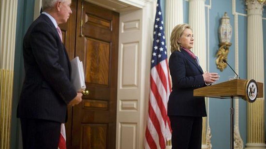 La secretaria de Estado estadounidense, Hillary Clinton (d), se pronuncia sobre la filtración hecha ayer de documentos diplomáticos clasificados de EE.UU. por la web wikileaks, durante una rueda de prensa en la sede del departamento de Estado, en Washington DC, Estados Unidos. EFE