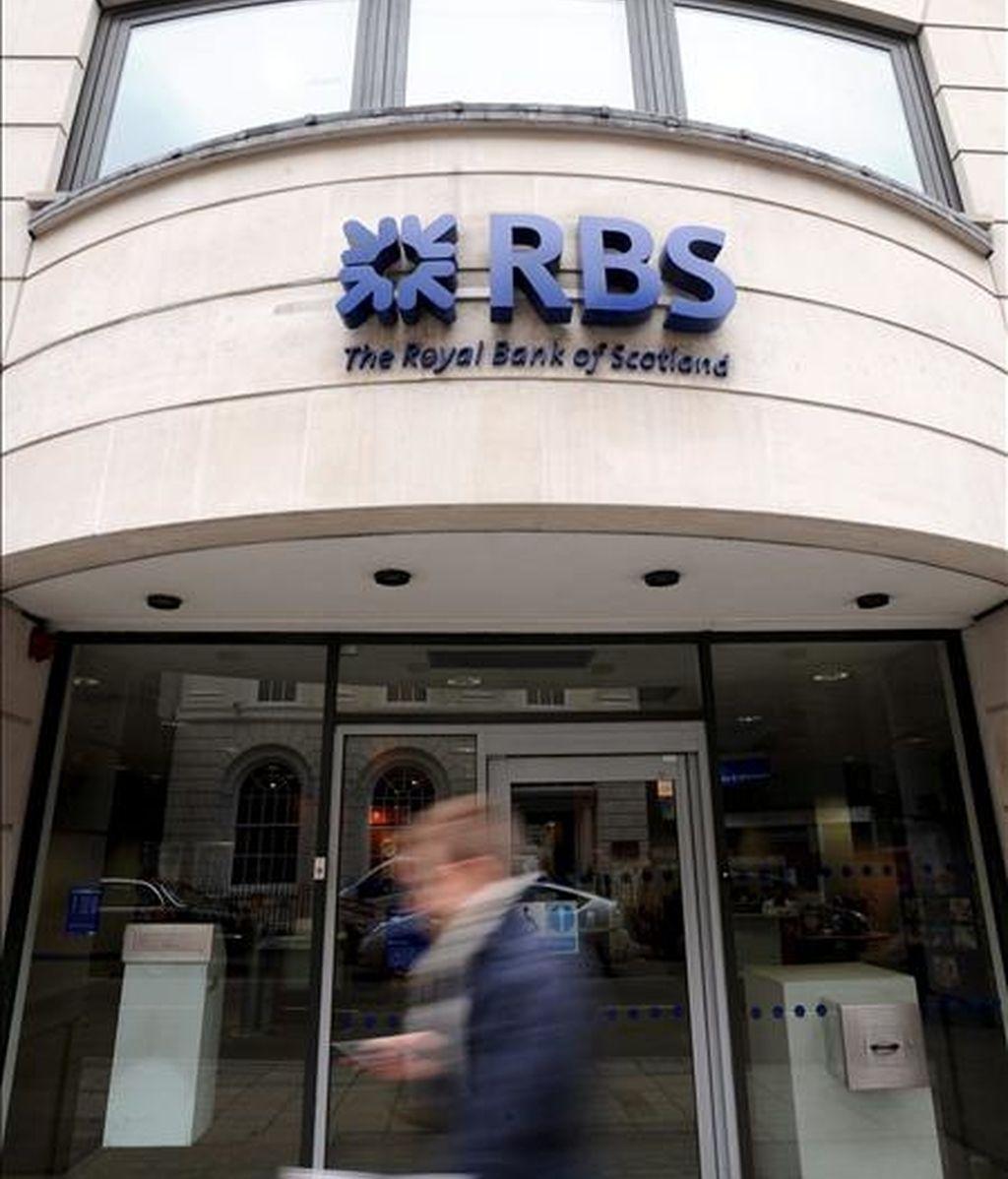 Un hombre pasa delante de una sucursal del Royal Bank of Scotland (RBS) en Londres. EFE/Archivo