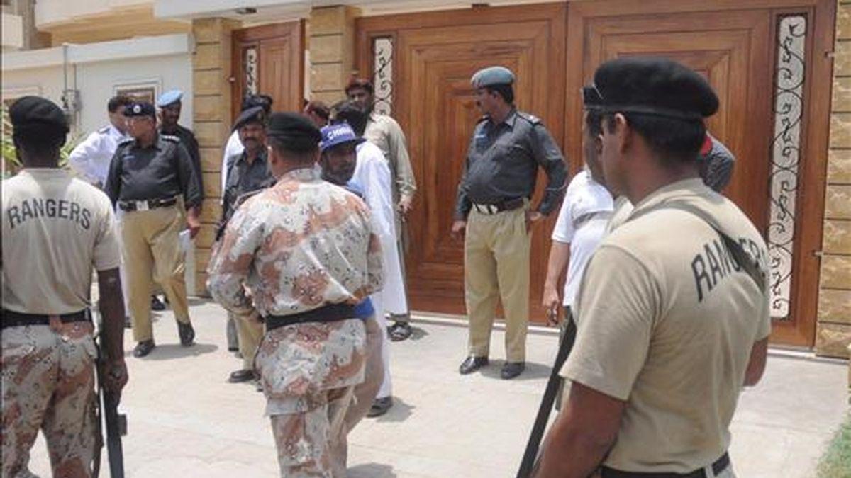 Varios agentes de policía inspeccionan la residencia del parlamentario Yaqoob Bizinejo después de que explotase una bomba en su casa de Karachi, Pakistán, hoy viernes 5 de junio. EFE