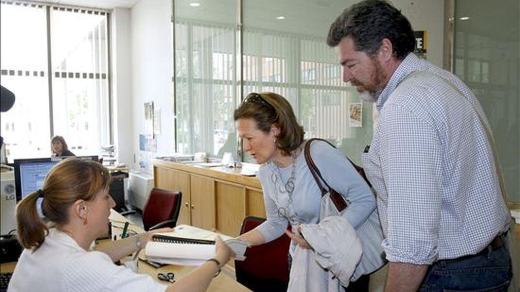 La directora del Departamento de Historia Antigua de la UNED, María Jesús Peréx, y el director de Greenpeace España, Juan López, entregan en la Junta de Castilla y León más de 12.000 firmas y adhesiones para la declaración de Numancia como Patrimonio de la Humanidad. EFE