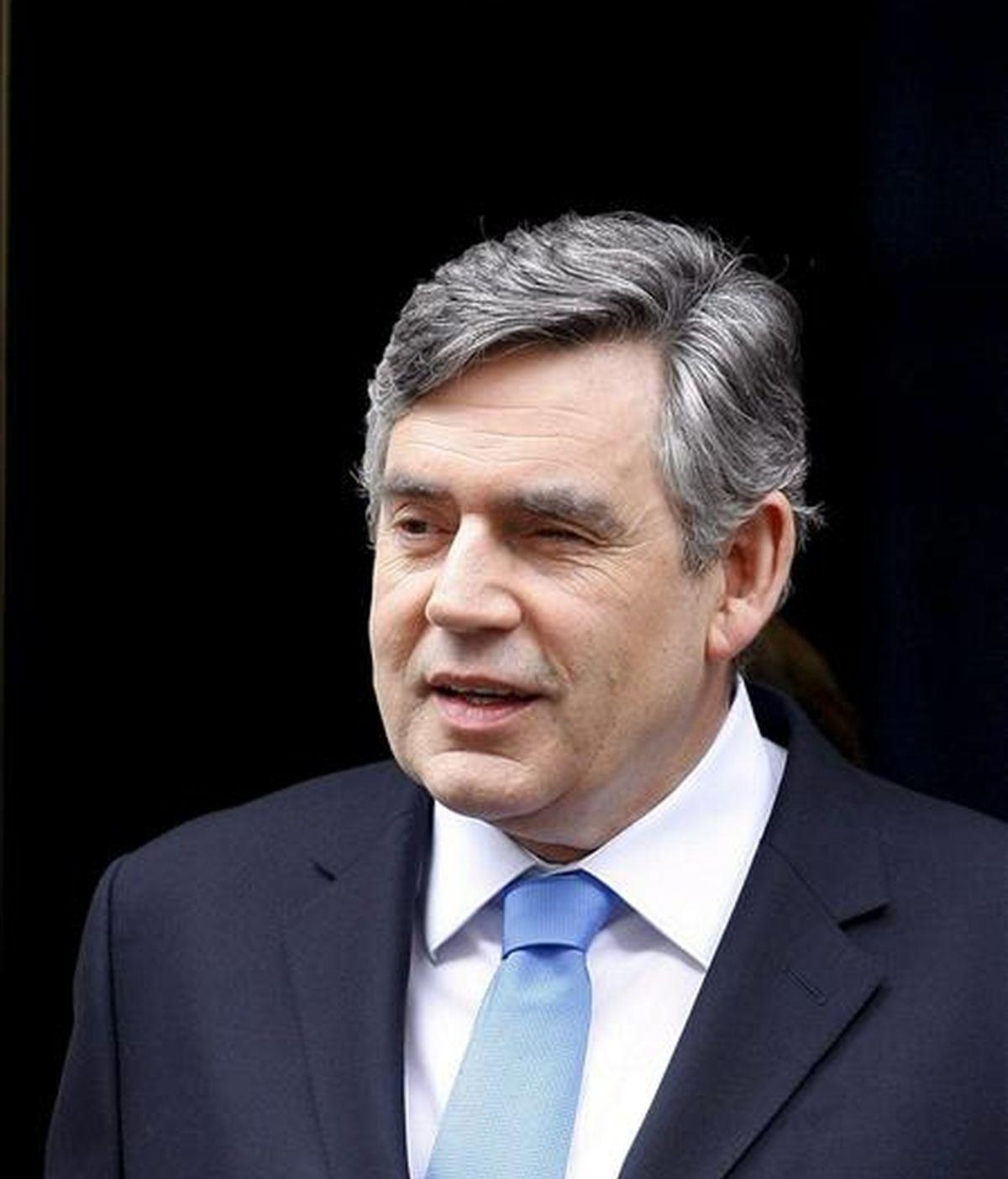 El primer ministro británico, Gordon Brown, sonríe a su salida hoy de Downing Street de camino al Parlamento, en Londres. EFE