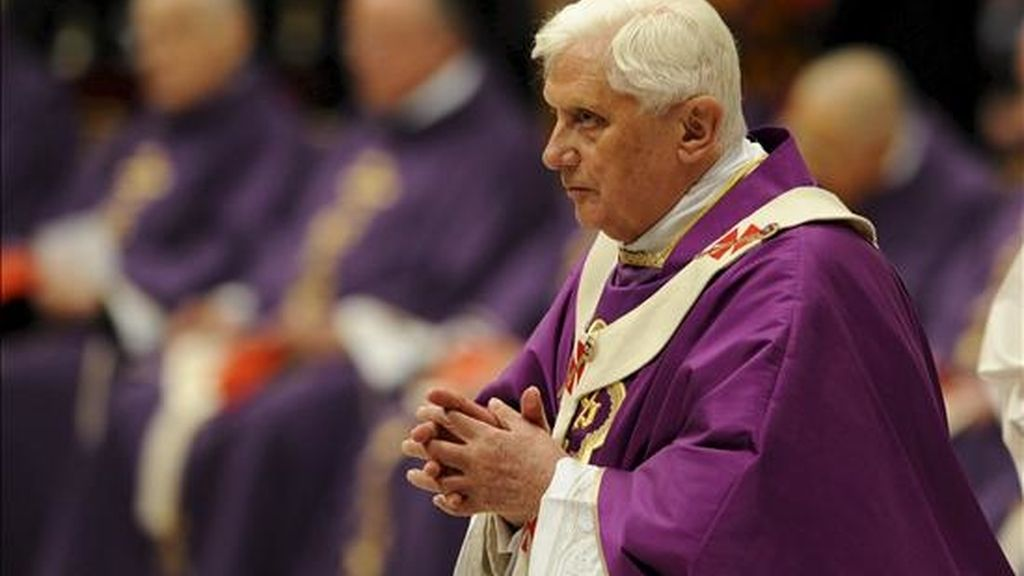 El papa Benedicto XVI oficia una misa en conmemoración del cuarto aniversario de la muerte de su predecesor, Juan Pablo II. EFE