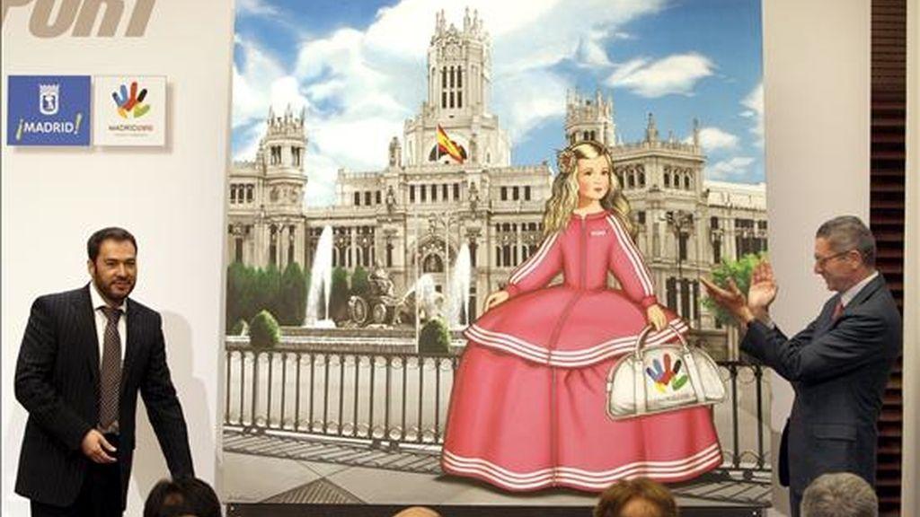 El alcalde de Madrid, Alberto Ruiz-Gallardón, durante la presentación de la exposición Popstport, del pintor Antonio de Felipe (i), hoy en Madrid. EFE