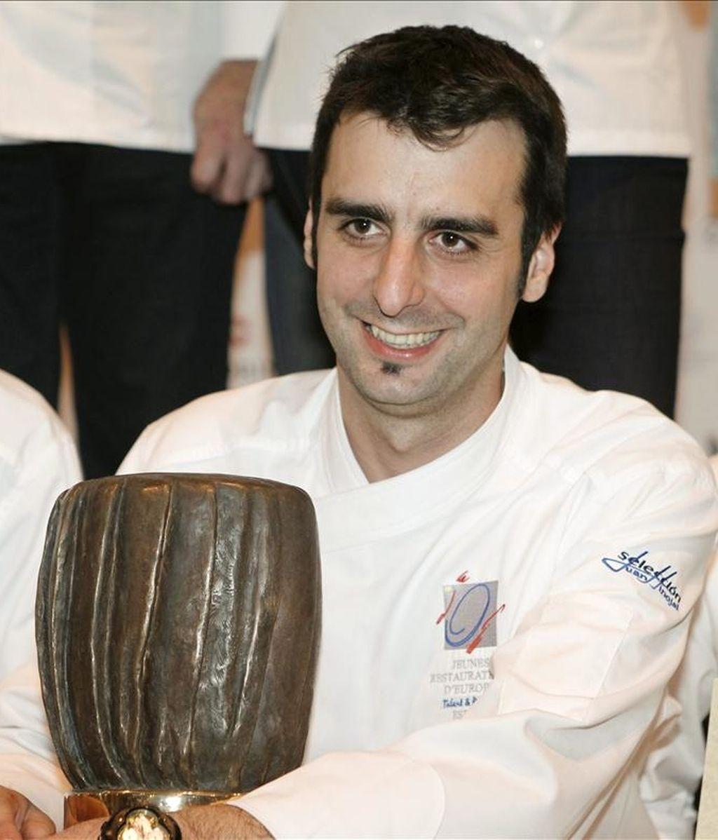 El valenciano Evarist Miralles, del restaurante El Bollit, de Oliva (Valencia), posa tras proclamarse  vencedor del XIII Campeonato de España de Cocineros, hoy en Madrid, con lo que representará a España el año que viene en la fase europea del premio Bocusse D'Or. EFE