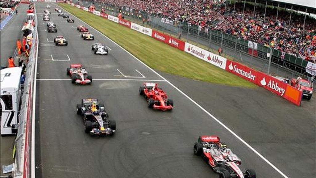 Los pilotos toman la salida al comienzo del Gran Premio de Gran Bretaña de Fórmula Uno disputado en el circuito de Silverstone, en Northamptonshire (Reino Unido) el pasado domingo. EFE/Archivo