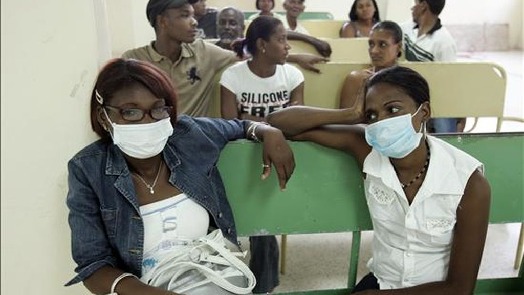 Dos mujeres utilizan tapabocas ayer en un consultorio médico como medida preventiva contra el virus AH1N1 en Santo Domingo (República Dominicana). EFE