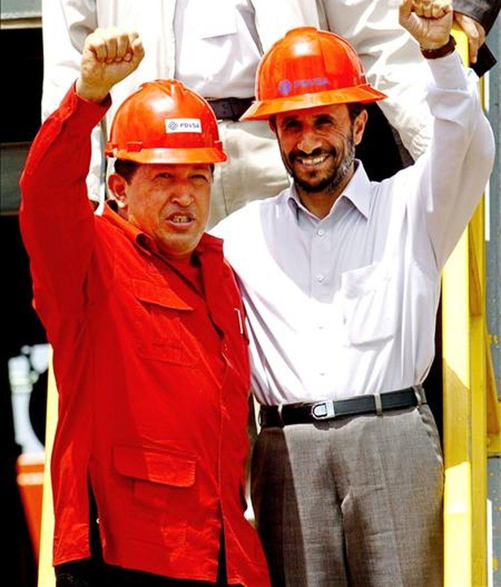 El presidente venezolano, Hugo Chávez, y su homólogo iraní, Mahmud Ahmadineyad, durante una visita a unas instalaciones petroleras en Venezuela en el año 2006. EFE/Archivo