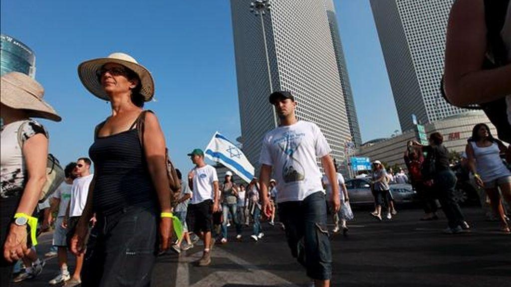 Vista de la marcha por la liberación del soldado Gilad Shalit a su salida de Tel Aviv con destino a Jerusalén (Israel), ayer mertes 6 de julio. EFE