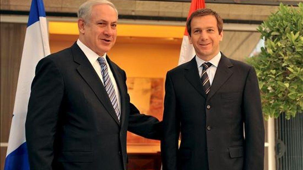 El primer ministro israelí, Benjamín Netanyahu (i), conversa con su homólogo húngaro, Gordon Bajnai, durante la ceremonia de bienvenida, en Jersualén (Israel), el 23 de junio. EFE