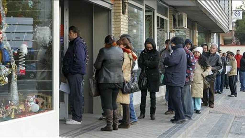 En la imagen, gente haciendo cola para entrar en una oficina de empleo en Madrid. EFE/Archivo