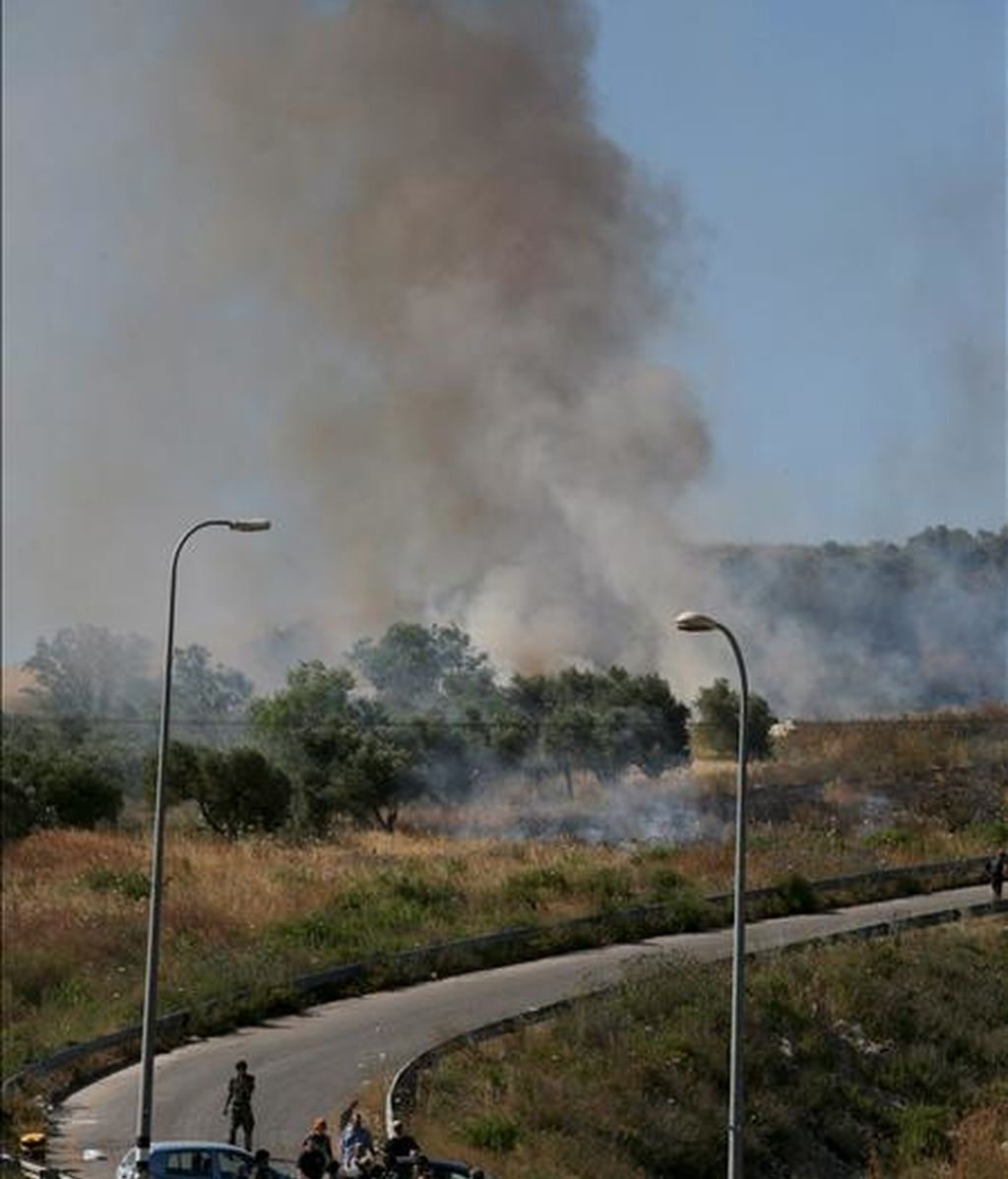 Una columna de humo emerge hoy de un campo palestino tras ser incendiado por colonos del asentamieto de Yetshar cerca de la ciudad cisjordana de Naplusa. EFE
