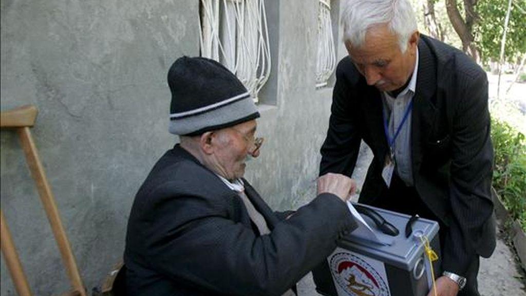 Un anciano ejerce su derecho al voto en la localidad de Tskhinvali, Osetia del Sur. EFE