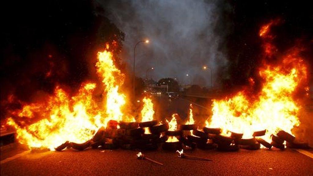 Los trabajadores del sector del metal en la provincia de Pontevedra cortaron la semana pasada al tráfico el acceso a Vigo de la AP-9, donde quemaron varios neumáticos, en la primera jornada de la huelga general. EFE