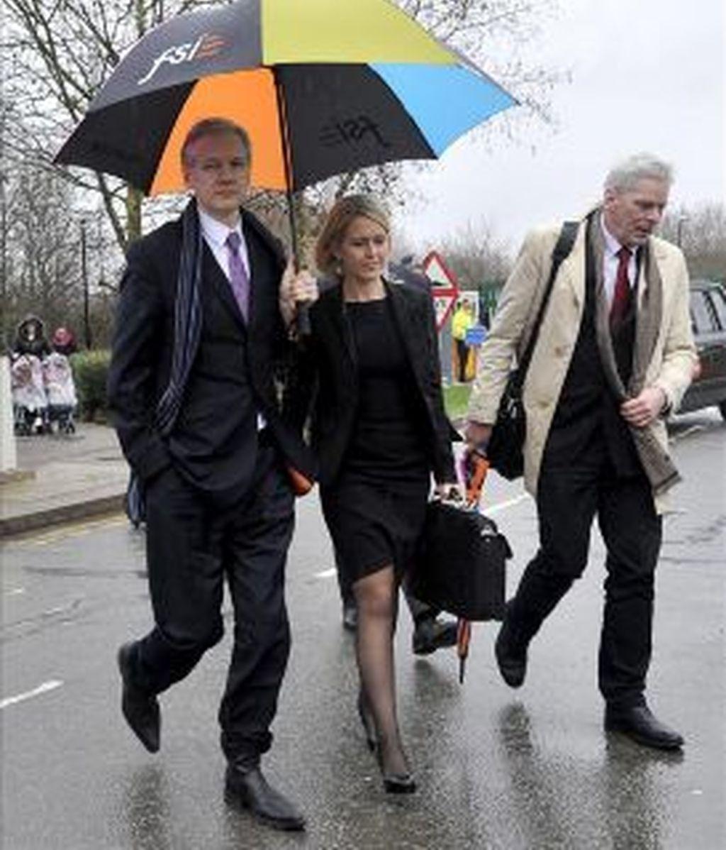 El fundador de Wikileaks, Julian Assange (i), acompañado por la abogada Jennifer Robinson y el portavoz de Wikileaks, Kristinn Hrafnsson. Foto: archivo EFE