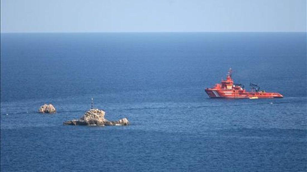 Una embarcación de Salvamento Marítimo pasa junto a las islas de Daus. EFE/Archivo