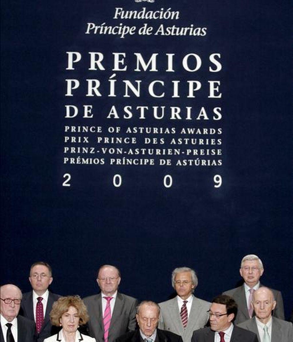 El jurado del Premio Príncipe de Asturias de Ciencias Sociales 2009 presidido por el ex ministro Manuel Fraga (c). EFE/Archivo
