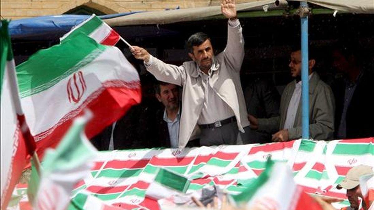 El presidente iraní, Mahmoud Ahmadinejad, saluda a sus simpatizantes durante un acto de campaña en Teherán (Irán), el 10 de junio de 2009. Ahmadinejad se mostró seguro de repetir victoria en las elecciones de próximo 12 de junio. EFE