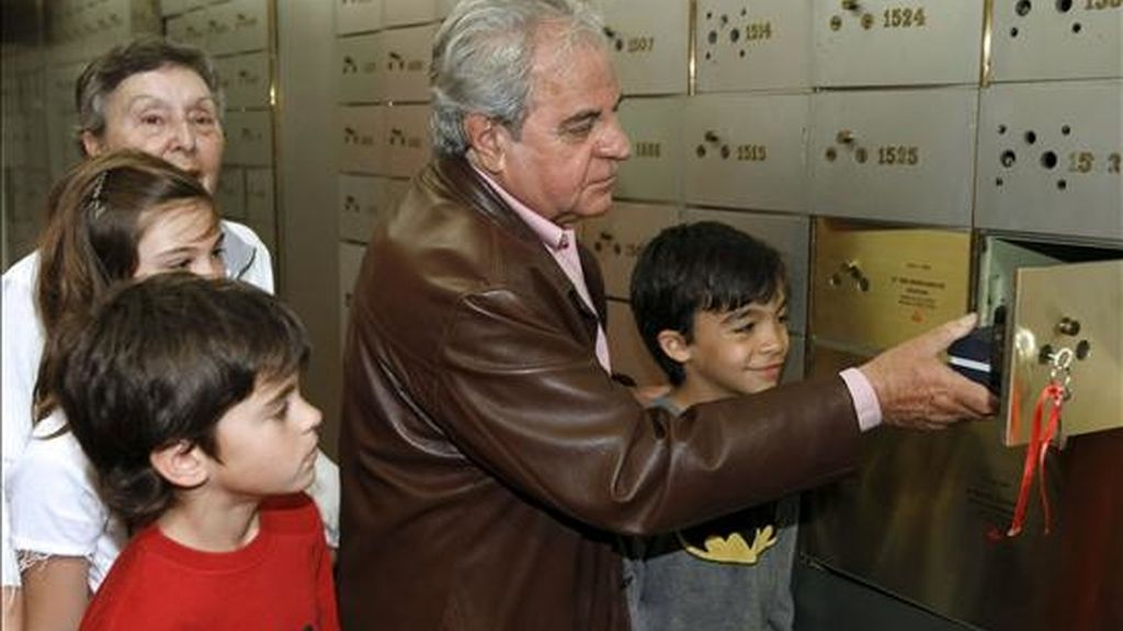 """El escritor catalán Juan Marsé, premio Cervantes 2008, acompañado de sus nietos deposita hoy un legado personal en la """"Caja de las Letras"""" del Instituto Cervantes. EFE"""