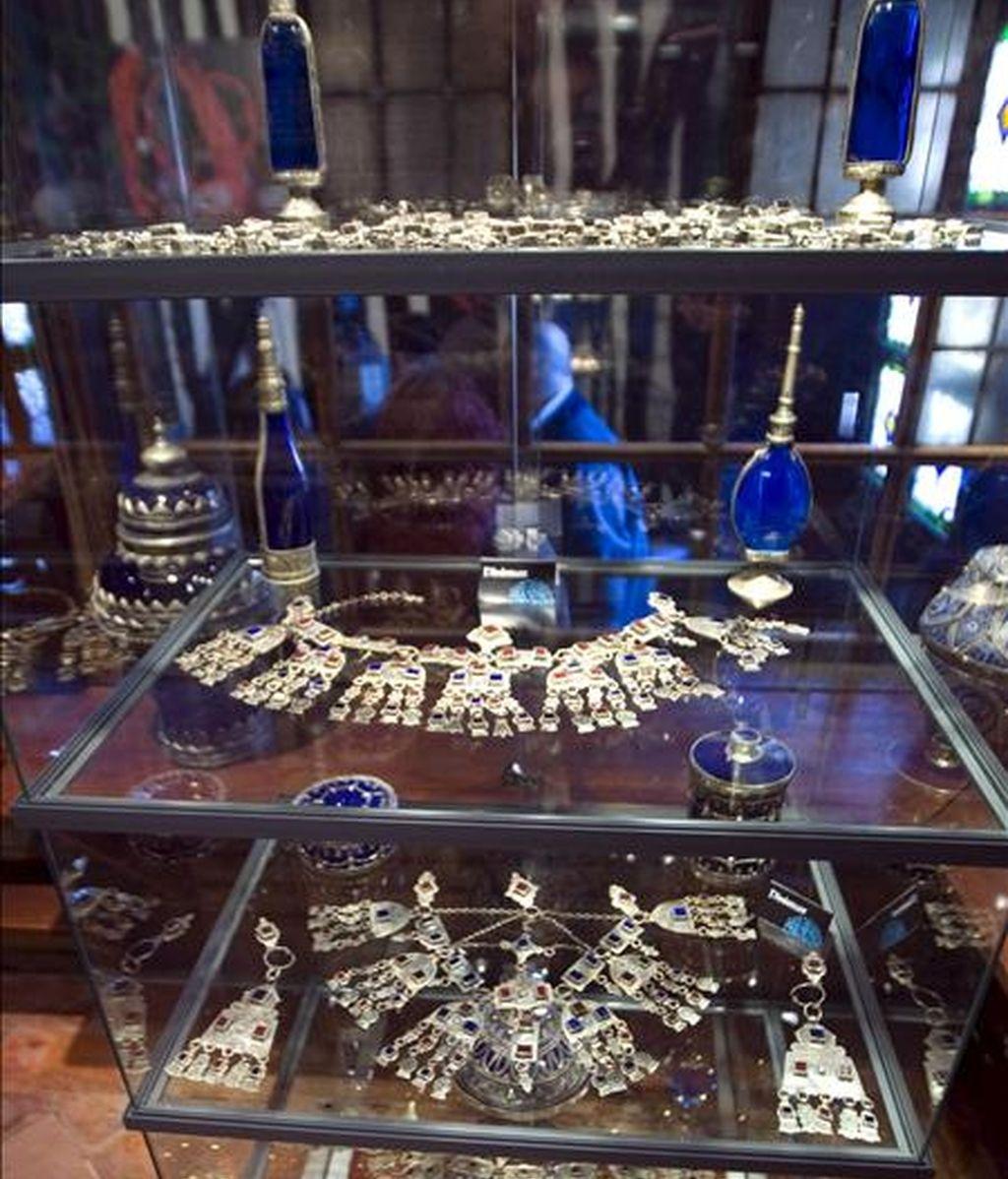 """Detalle de varias de las joyas que forman parte de la exposición """"Las joyas del Rif"""", una muestra de la multiculturalidad nacida de la convivencia entre judíos, árabes y cristianos, que se puede visitar en Vitoria. EFE"""