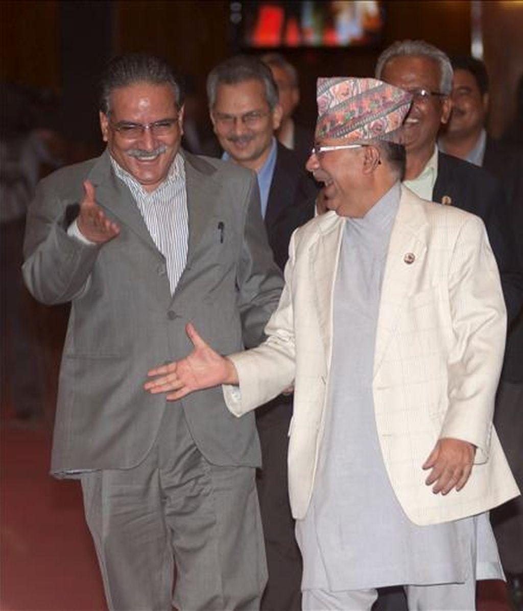 El primer ministro de Nepal, Madhav Kumar (d), y el presidente del Partido Maoísta, Pushpa Kamal Dahal (i), a su llegada al Parlamento en Katmandú este lunes. EFE