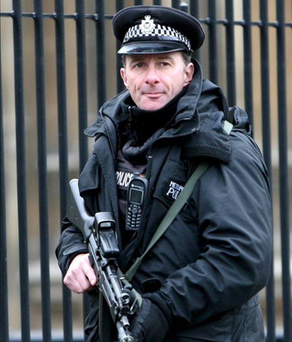Un policía británico vigila en los alrededores del Parlamento en Londres (Reino Unido). EFE/Archivo