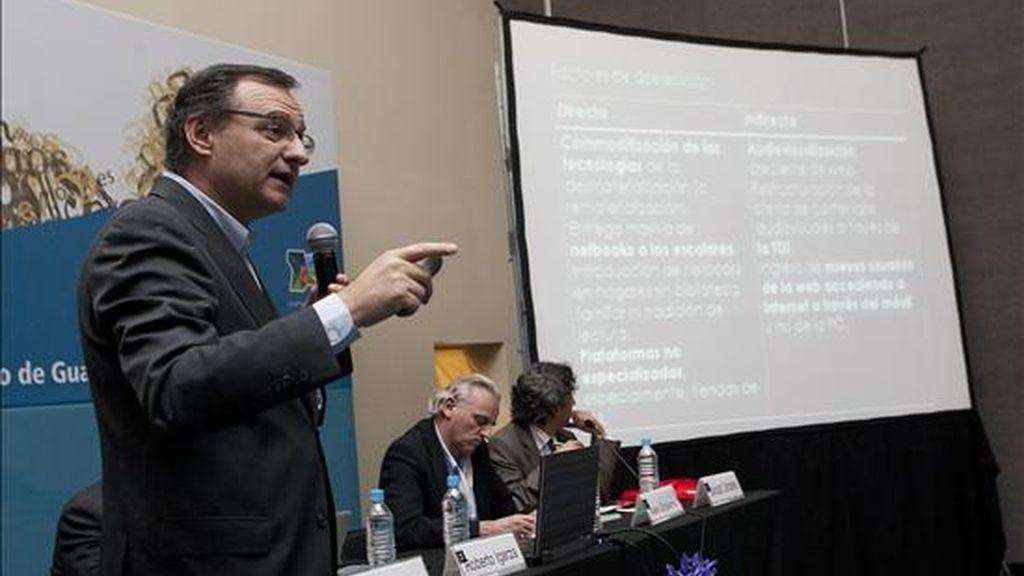 """El asesor para la plataforma digital de la Cámara Argentina del Libro, Roberto Igarza, habla en la conferencia """"Estrategias para el negocio de contenidos en español en la red"""" durante la 24 Feria Internacional del Libro de Guadalajara. EFE"""